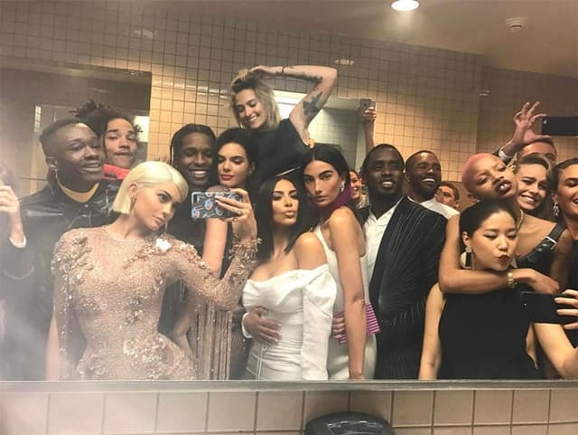 Kylin selfi iz toaleta (foto: Instagram/kyliejnener)