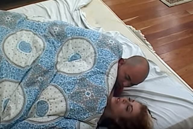 Mili u krevetu sa polusvesnom Mirelom (foto: Screenshot)