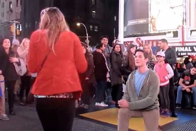 Time Square je najgore mesto da zaprosite devojku koja će vas odbiti (foto: Screenshot)