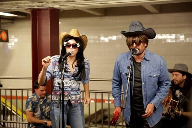 Pevačica i voditelj pod maskama (foto: NBC)