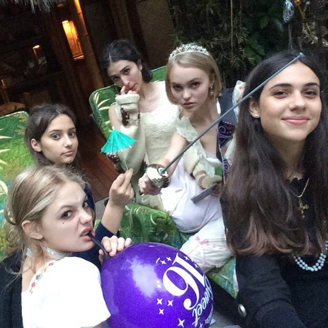 Sa drugaricama, ali i mačem i krunom na glavi (foto: Instagram)