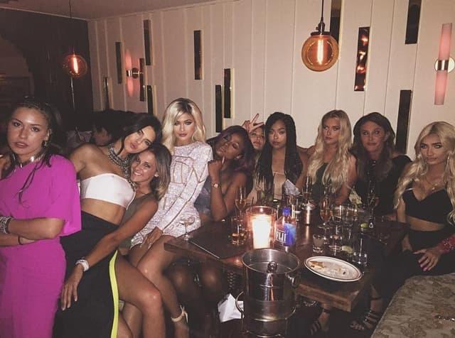 Sestre sa ocem i prijateljicama na žurci (foto: Instagram)