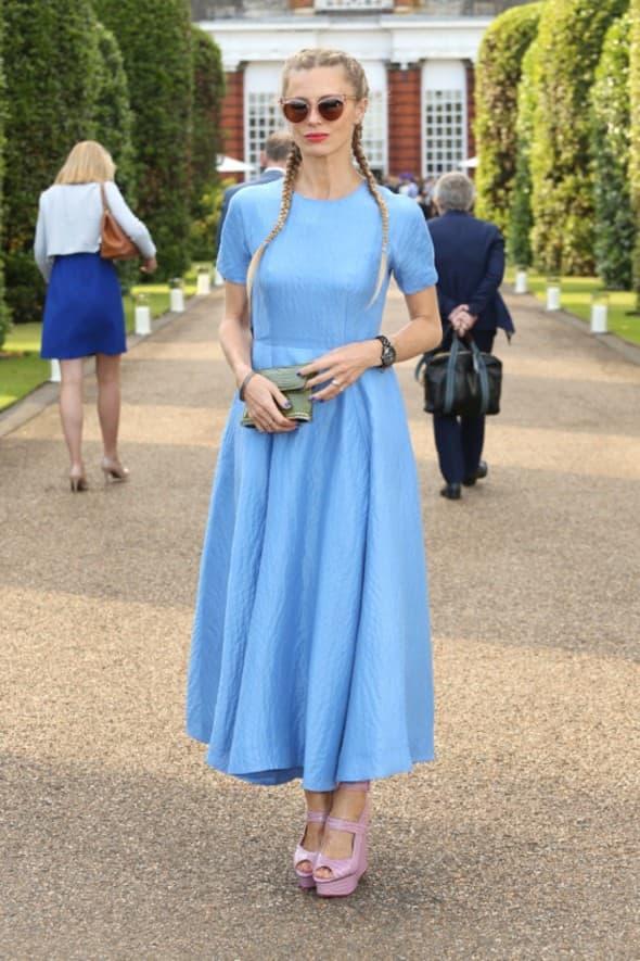 Glumica je pokazala svoju otmenu stranu ovom svedenom plavom haljinom kojoj je kao detalj dodala pink cipele (foto: WENN)