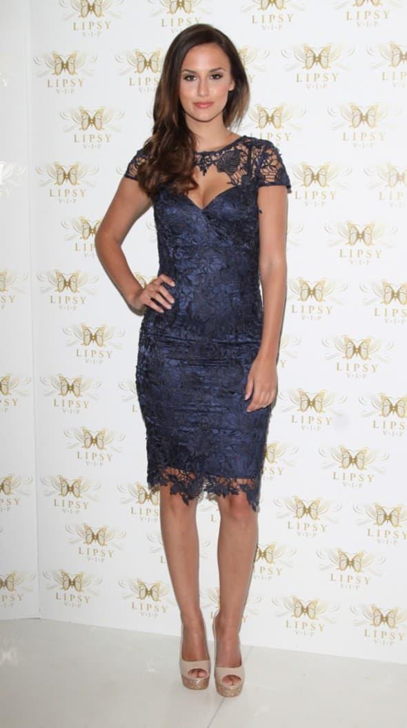 Još jedna tamno plava haljina, a zvezda rijality showa 'Made In Chalsey' zablistala je u ovoj haljini sa mrežastim detaljima (foto: WENN)