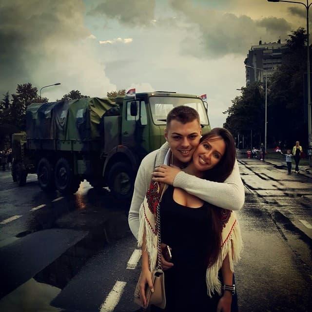 Par zaljubljeno pozira na ulicama glavnog grada (foto: Instagram)