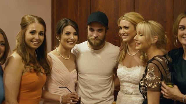 Robert pozira sa mladom na čije je venčanje upao i njenim prijateljicama (foto: Facebook)