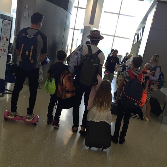 Porodični porvratak u Englesku pred početak nove školske godine (foto: Instagram)
