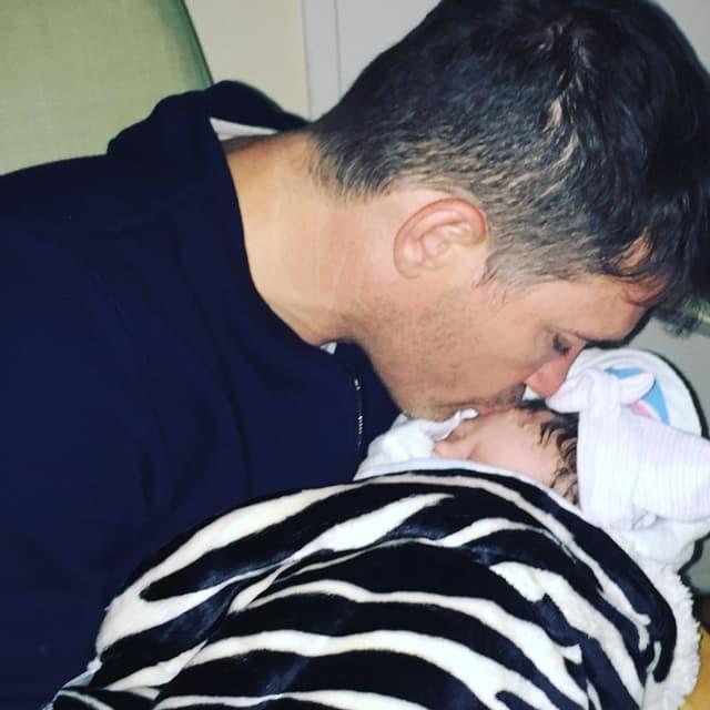 Ponosni otac sa bebom Skyler Evom (foto: Instagram)