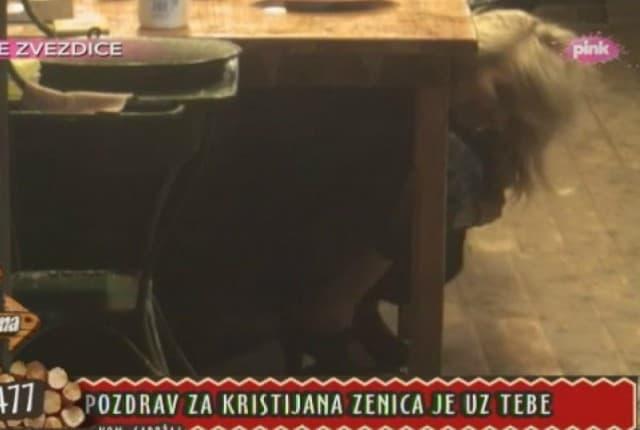 Medenica ispod stola (foto: TV Pink)