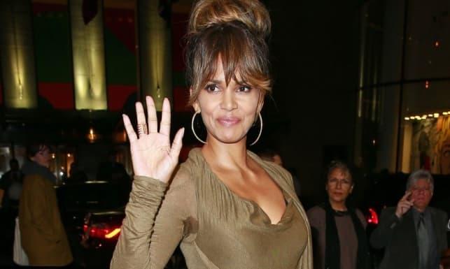 Pamučna, oker haljina je pokazala mrlje od znoja ispod glumičinog pazuha (foto: bruno-media.com)