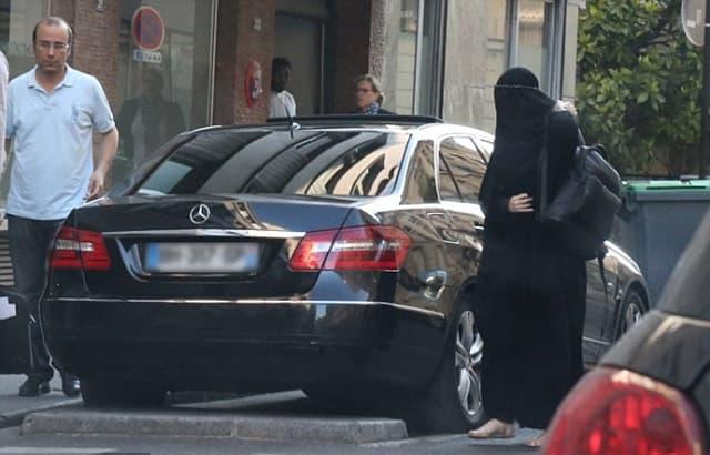U julu je Gisele posetila jednu klinuku u Parizu i pokušala da se sakrije obukavši burku (foto: FameFlyNet)