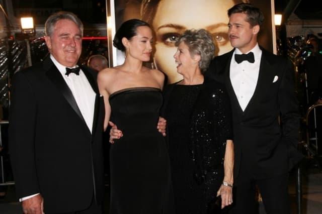 Brad sa majkom Jane i ocem Williamom i suprugom Angelinom Jolie (foto: Wenn)
