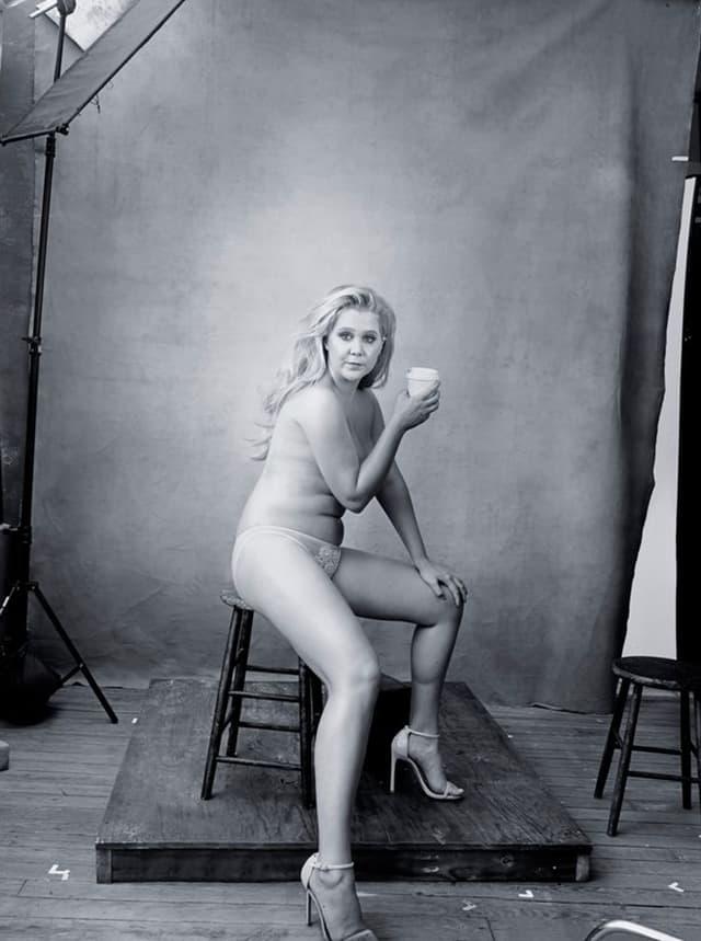 Komičarka Amy Schumer u provokativnom izdanju ponosno pokazuje svoje obline (foto: Annie Leibovitz/Pirelli)