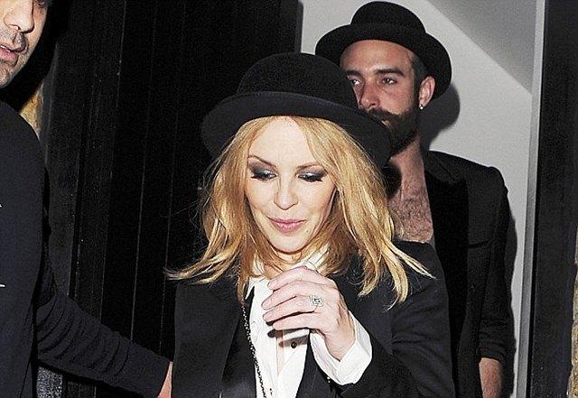 Kylie je pre neko veče fotografisana sa vereničkim prstenom na ruci (foto: Blitz pictures/Timm Cless/James Curleu)