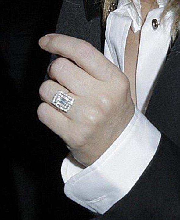Ovakav prsten ne može da prođe nezapaženo (foto: Blitz pictures/Timm Cless/James Curleu)