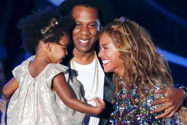 Beyonce-smiles-with-Jay-Z-and-daughter-Ivy-Blue