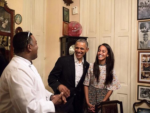 Nasmejana Malia sa ocem u poseti restoranu u Havani (foto: Instagram)