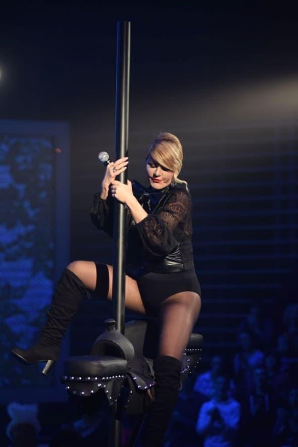 Dara je imala problema da zaješa sedlo tokom nastupa (foto: Prva TV)