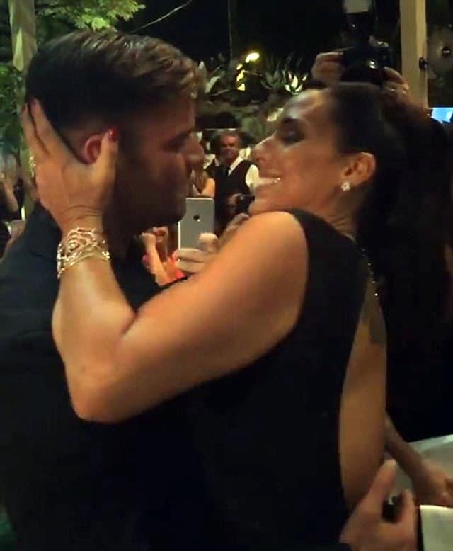 Ricky u strastvenom zagrljaju sa pobednicom aukcije (foto: Screenshot)