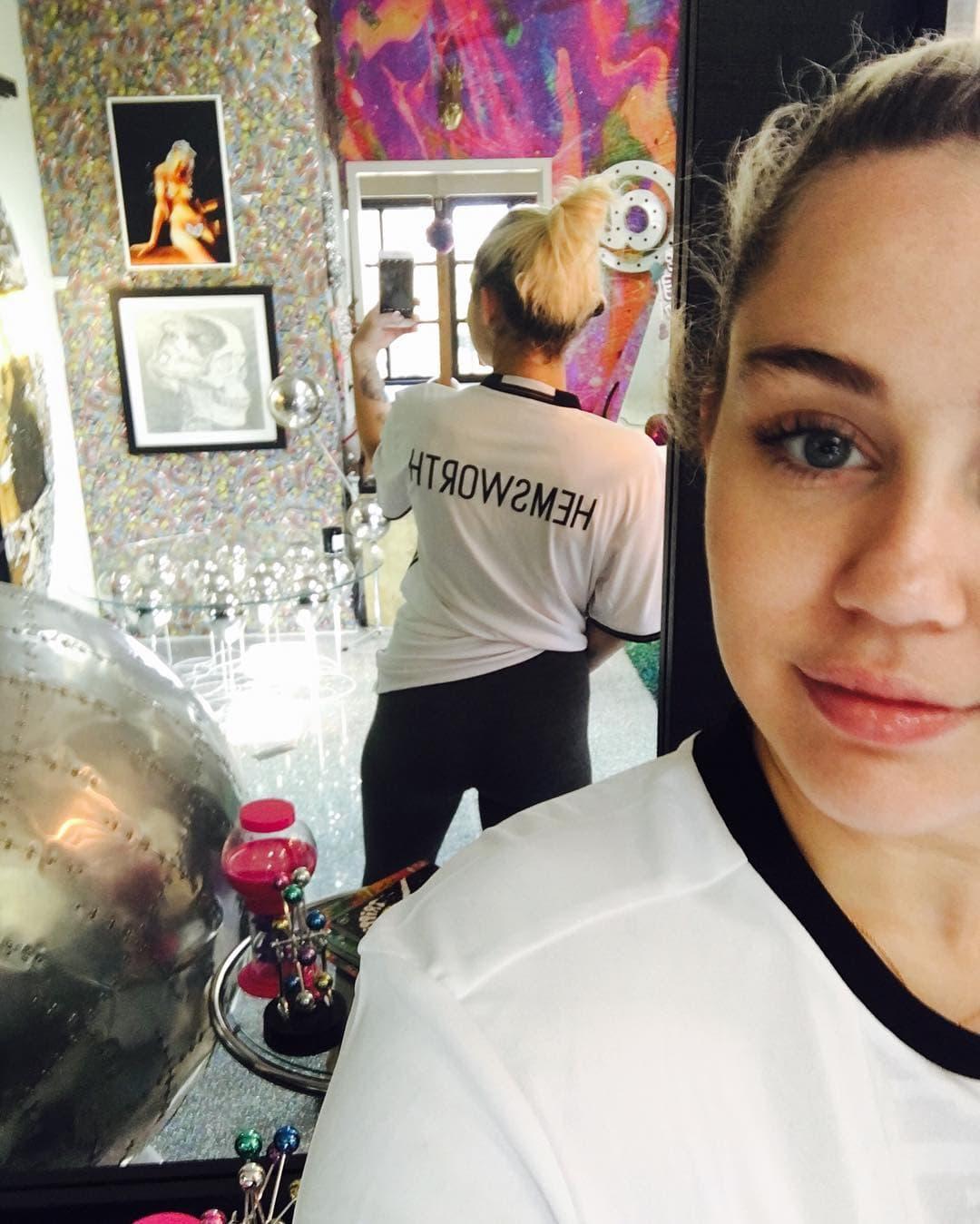 Miley u posebnoj majici  (foto: Instagram)