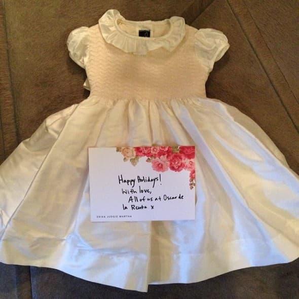 Pre nego što je preminuo Oscar de la Renta poklonio je North ovu preslatku malu haljinu čija je vrednost između 600 i 900 dolara (foto: Instagram)