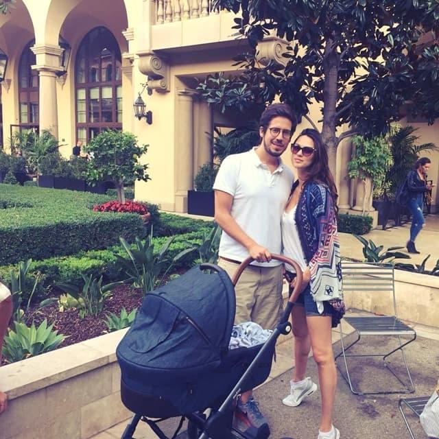 Bojana i Nikola u šetnji sa ćerkicom leonom (foto: Instagram/bojanabarovic/)