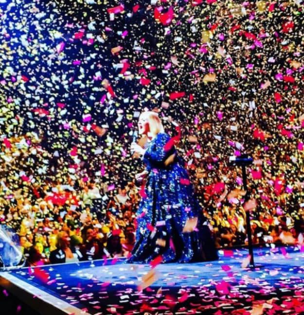Sjajno iznenađenje za pevačicu na koncertu (foto: Twitter)